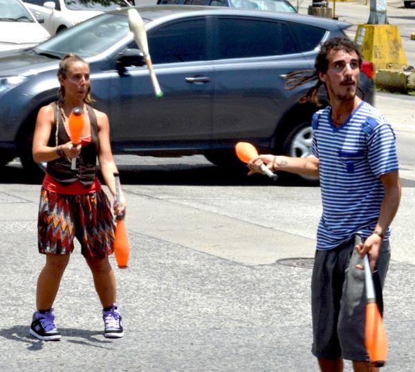 Lucas y Brenda malabaristas en Panamá
